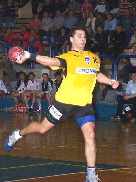 Daniel Michajlík při střelbě.