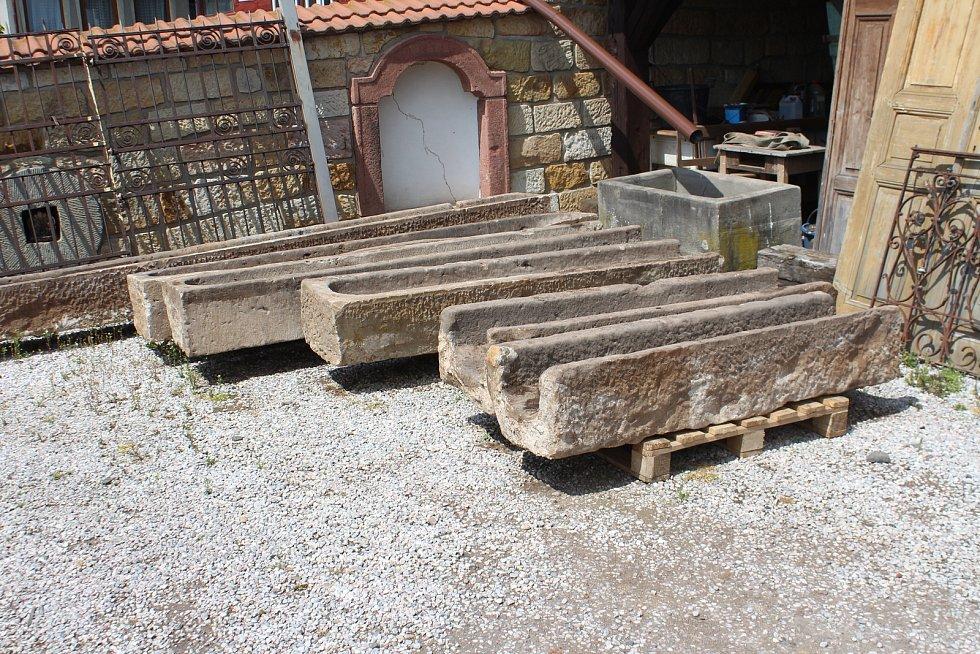 Starožitnictví Josefa Ouředníčka živí hlavně prodej kamenů.