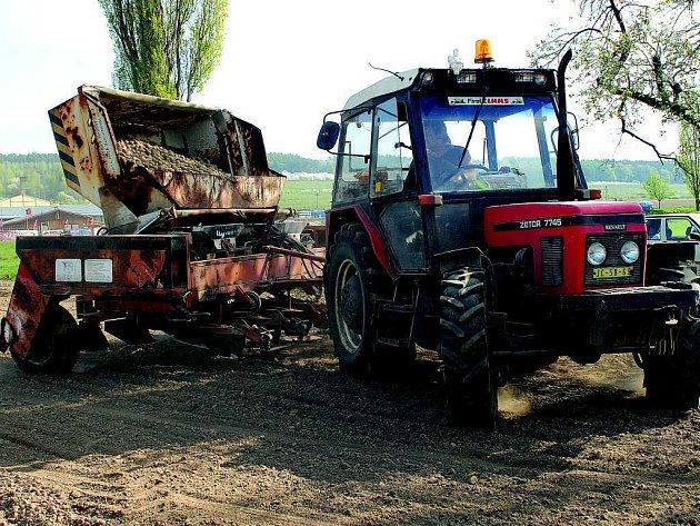 Zemědělci firmy ZEAS Podhorní Újezd při sázení  brambor.