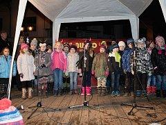 Z rozsvěcení vánočního stromu v Lázních Bělohradě.