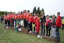 Na stupně vítězů usedl při požární soutěži mladých hasičů také vodník Karel.