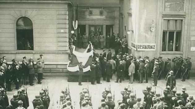 Slavnostní odhalení pamětní desky Josefa Kroupy dne 14. září 1930.