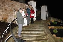 OPRAVENÉMU SCHODIŠTI ke kostelu sv. Petra a Pavla v Konecchlumí požehnal farář Josef Kordík.