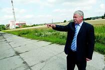 STAROSTA JOSEF TÁBORSKÝ pevně věří, že se  k prvnímu investorovi, který se rozhodl realizovat svůj podnikatelský záměr v kopidlenské průmyslové zóně, přidají brzo další.