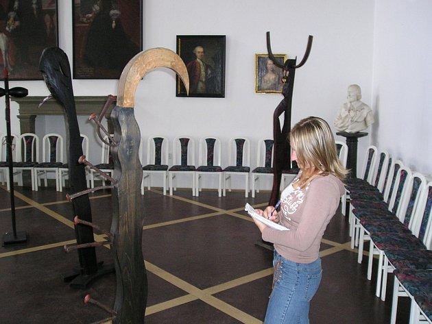 Jičínský Porotní sál s vystavenými díly Petra Hebera.