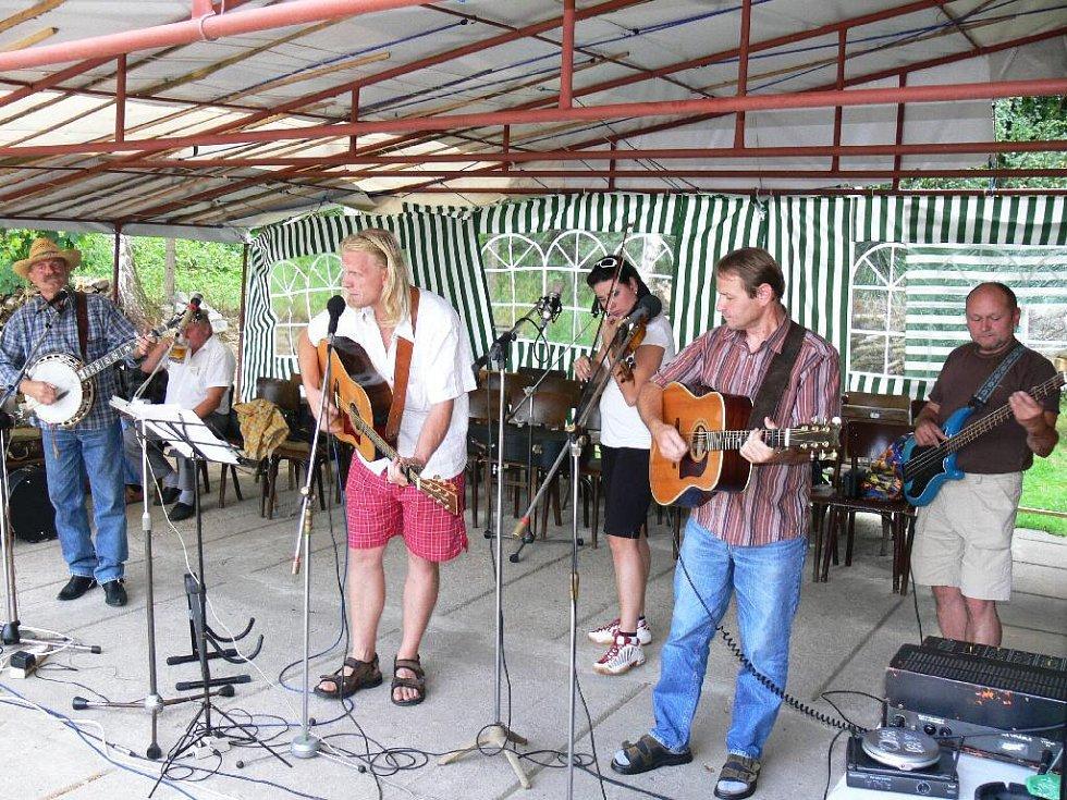 Z vystoupení mladějovské skupiny Trapas v Samšině.