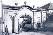 Západní brána hořického zámku, zbořená roku 1901.