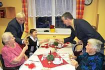 Senioři v domově důchodců v Jičíně slaví Vánoce
