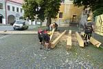 Stěhování trámů na pozednici kostela sv. Ignáce v Jičíně.