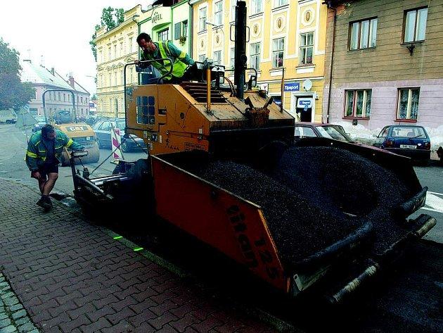 Pokládka nového povrchu na jičínské Jiráskově ulici.