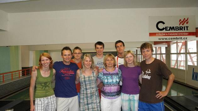 Na společném snímku jičínské druholigové kuželkářky s dalšími účastníky školy.