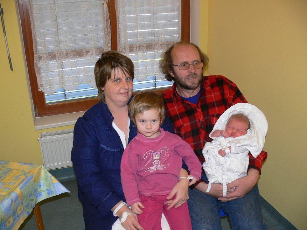 ELIŠKA STRYALOVÁ se narodila 15. prosince s váhou 4,56 kg a mírou 51 cm. S rodiči Martinou Jandovou a Lubošem Stryalem bydlí ještě se čtyřletou Alenkou a tříletou Luckou ve Starém Místě.
