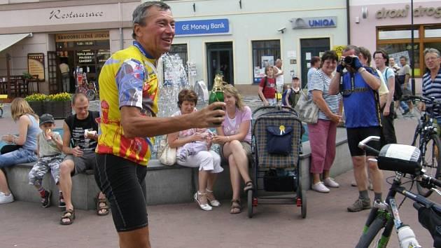 Šťastný Ivan Pírko krátce po příjezdu před jičínskou radnici, kde se setkal se svými příznivci.