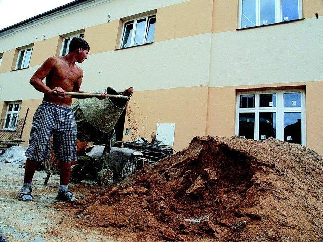 Michal Dubický pracuje na rekonstrukci bytového domu v Železnici.
