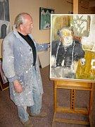 Josef Bucek ve své galerii J.B. Spektrum ve Vokšicích.