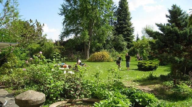 Ze zahrady jičínského Lepařova gymnázia.