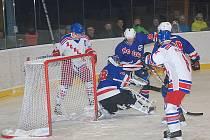 HOKEJISTÉ JIČÍNA těsně podlehli Novému Bydžovu. Na snímku domácí utkání týmu s lídrem z Náchoda.