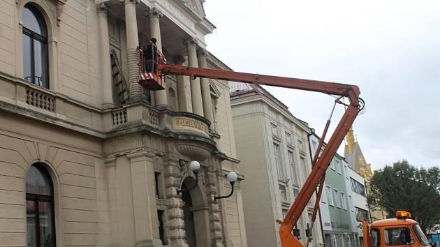 Instalování vánočního osvětlení v Jičíně.