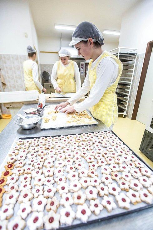 Studenti v Nové Pace při pečení cukroví na Vánoce.