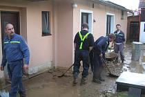 Železničtí hasiči pomáhají po povodni.