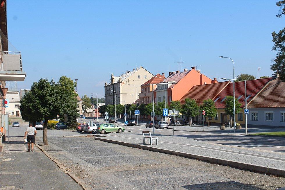 Opravy náměstí stále pokračují, polovina už je ale hotová.