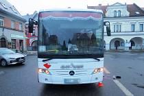 Střet autobusu s chodcem skončil těžkým zraněním
