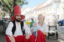 Rumcajs a Manka si na kostkovišti hrají s dětmi.