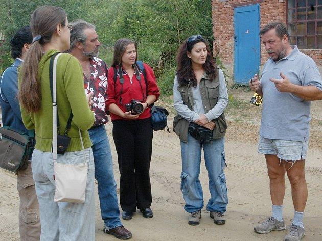 Jedním z hlavních organizátorů sochařského sympozia v Hořicích je Roman Richtermoc (vpravo).