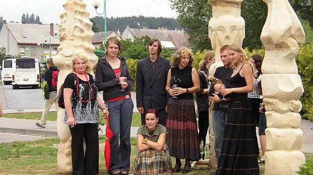 """Ak.soch Dagmar Štěpánková se svými žáky u odhaleného sousoší """"Pilíře symbolů"""""""