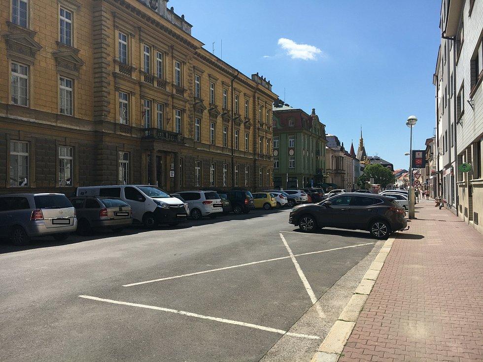Dopravou je zahlcená i ulice Husova. Přes ZŠ parkuje jedno auto za druhým, v pěší zóně kontrolují zákaz vjezdu strážníci.