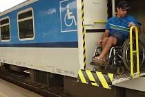 Vozíčkáři mají ztížený přístup do vlaků.