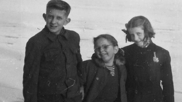 Klouzačka na rybníce Zrcadlo v roce 1958 – jsem tam se svojí sestrou a sestřenicí.