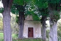 Kaple sv. Isidora na úbočí vrchu Brada.