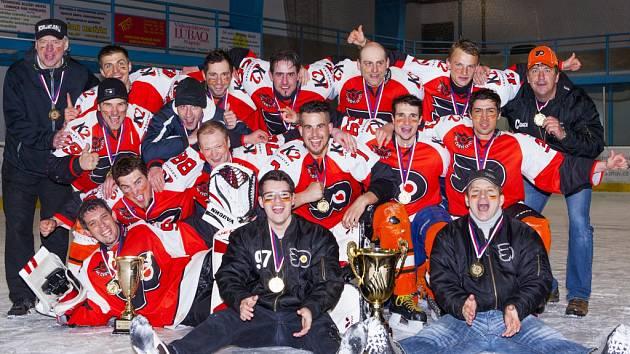 Hokejové mužstvo HC Čeští Letci, vítěz letošního ročníku Lomnické hokejové ligy.