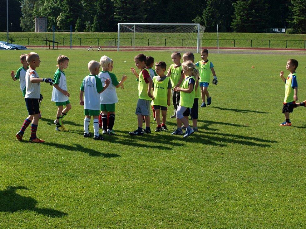 Fotbalový turnaj mateřských škol na jičínském stadionu.