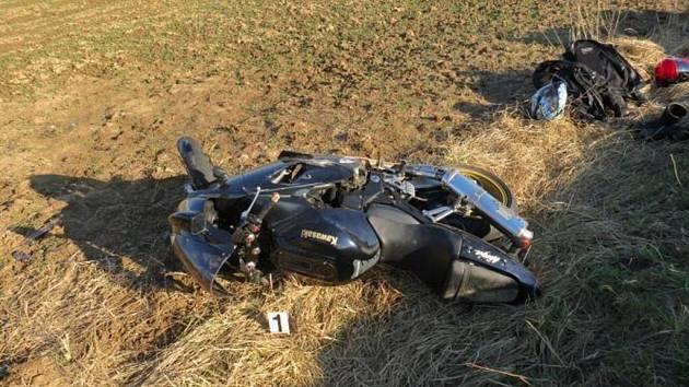 Jednapadesátiletý řidič na motocyklu Kawasaki obrátil svůj stroj do příkopu mezi Vojicemi a Chomuticemi na Jičínsku.