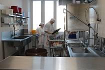 Střední škola gastronomie a služeb oficiálně zprovoznila novou cvičnou kuchyni, vybavenou nejmodernější technologií. Náklady včetně konektivity novopacké školy a vybavení počítačovou technikou jsou 12 milionů korun.