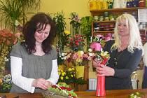 Hana a Petra při tvorbě valentýnských vazeb.