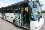 Neznámý řidič nedal přednost na kruhovém objezdu. Řidič autobusu stihl včas zabrzdit, došlo ale ke zranění jedné z cestujících.