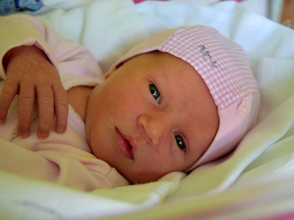 Debora Valášková se narodila 29. dubna s mírou 51 cm a váhou 3,26 kg rodičům Veronice a Davidu Valáškovým. Doma v Hořicích se už na sestřičku těší tříletá Teodora.