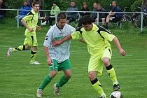 VEDOUCÍ MILETÍN VYHRÁL v Železnici 3:1. Na snímku domácí hráč  Petr Bičiště (uprostřed) bojuje  s útočníkem hostí.