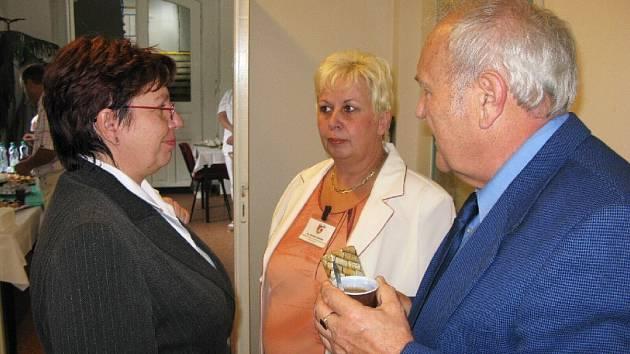 Mnoho úspěchů popřála Ladislavu Dytrychovi i ředitelka jičínské Oblastni nemocnice Dana Kracíková (vlevo).