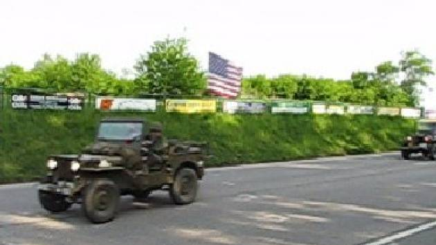 Příjezd amerických džípů do hořického kempu.