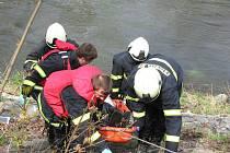Hasiči v Hradci Králové vytáhli z řeky utonulého muže.