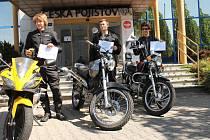 TITUL GENTLEMAN SILNIC získali tři studenti novopackého gymnázia Martin Kváš (zleva), Petr Barborka (uprostřed) a Jan Šmidrkal (zprava).