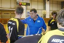 """KDYŽ SE NEDAŘILO,  """"zasahoval"""" trenér Petr Babák. Svým svěřencům jasně formuloval úkoly, které bylo  nutné plnit."""