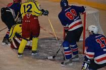 PŘED BRANKOU hostů bojují o puk zleva Petr Mizera, Jiří Slabý a Tomáš Kaulfus.