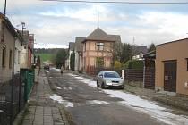 Rozbitý povrch v Jiráskově ulici nekomplikuje život jenom řidičům. Po výmolech mají senioři i problém chodit. V létě je navíc značně nepříjemná prašnost. Náprava se ale už blíží.