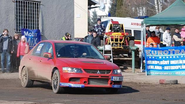 DRUHÝ ZÁVOD Auto show uspořádal Motorsport Babák Nemyčeves. Na snímku jezdec Lukáš Hašek z Turnova, který byl nejrychlejší ve třídě 4WD.