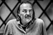 Psychoterapeut, herec a hudebník Pjér la Šé´z.